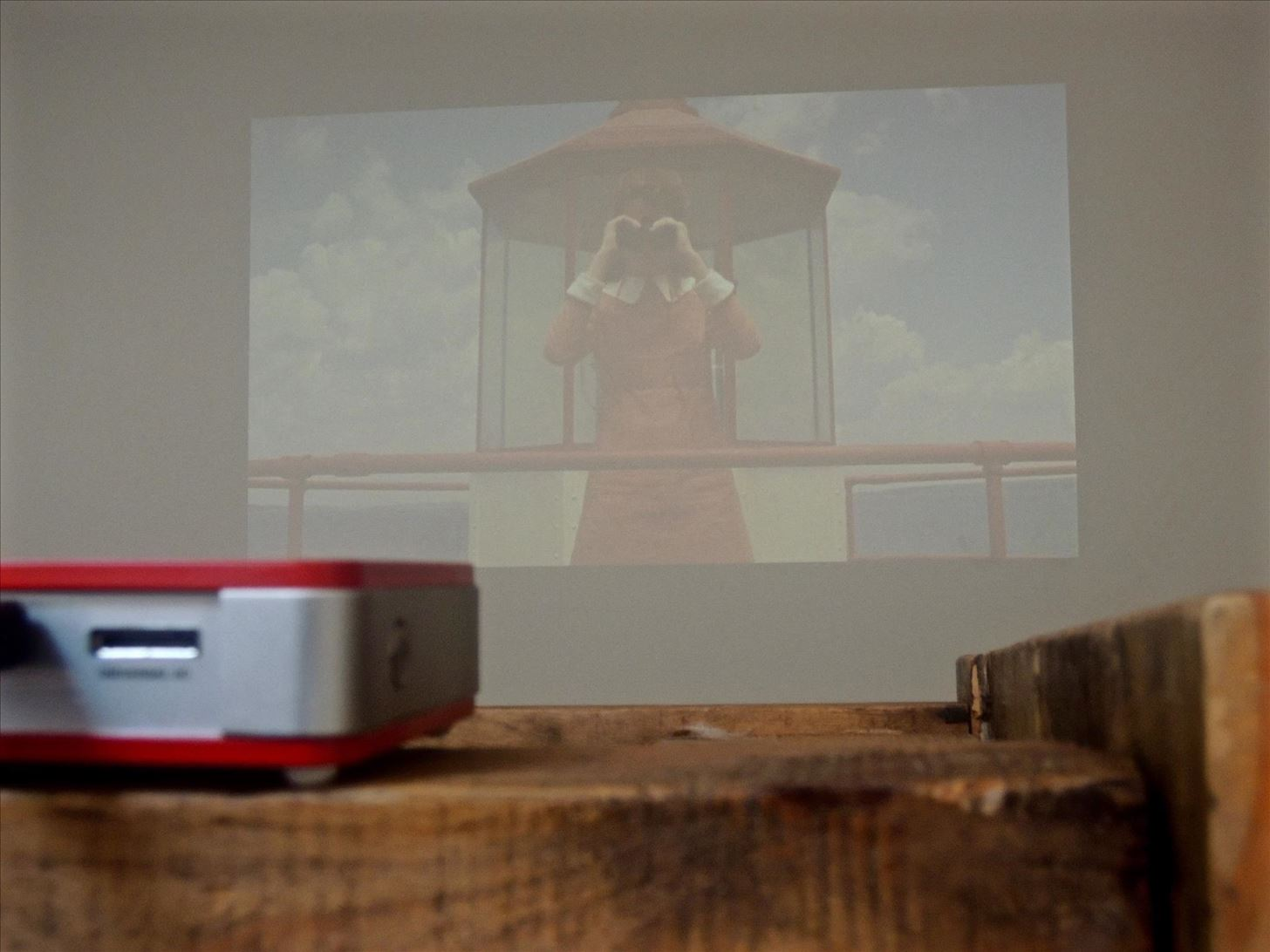 Review: The Qumi Q5 Pocket Projector Is a Solid On-the-Go Media Companion