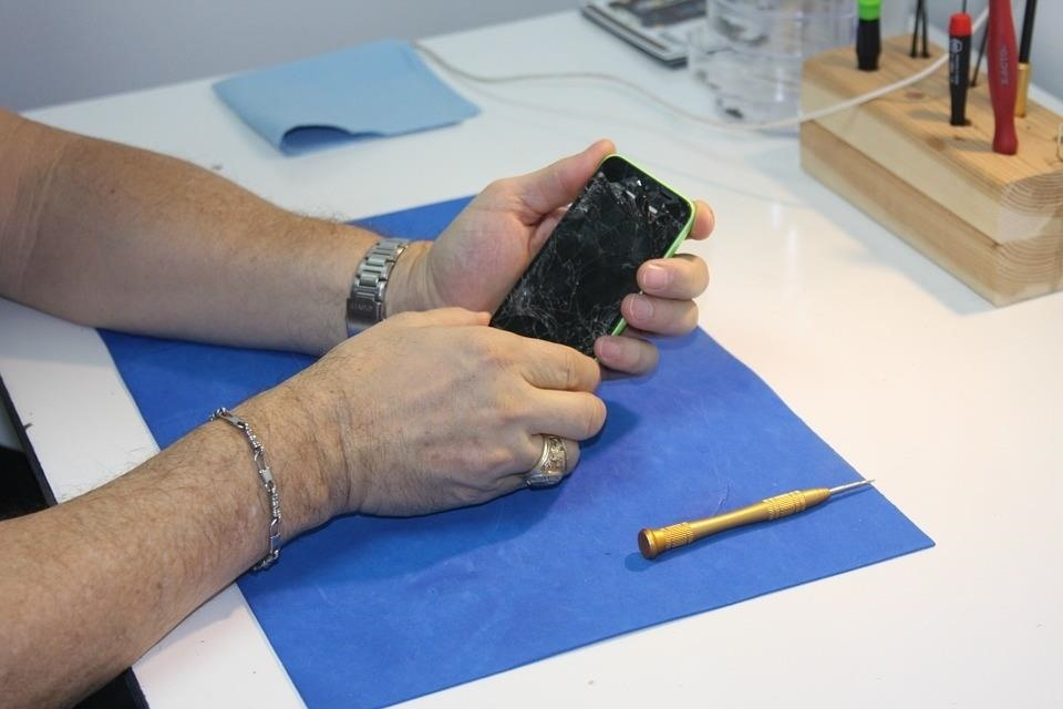 Know How to Repair iPhones? You Could Make $20,000